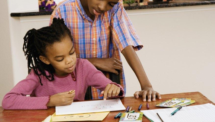 Cría a los hermanos, satisfaciendo las necesidades individuales, mientras mantienes coherentes las normas de convivencia.