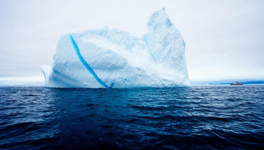 La banquisa flota porque el agua salada es más densa debajo.