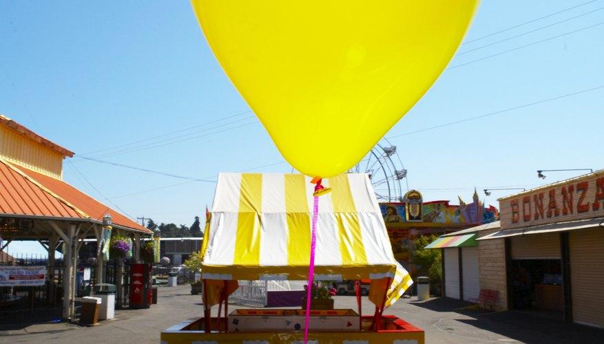 Los globos de helio parecen ir contra la gravedad flotando hacia arriba en el aire.