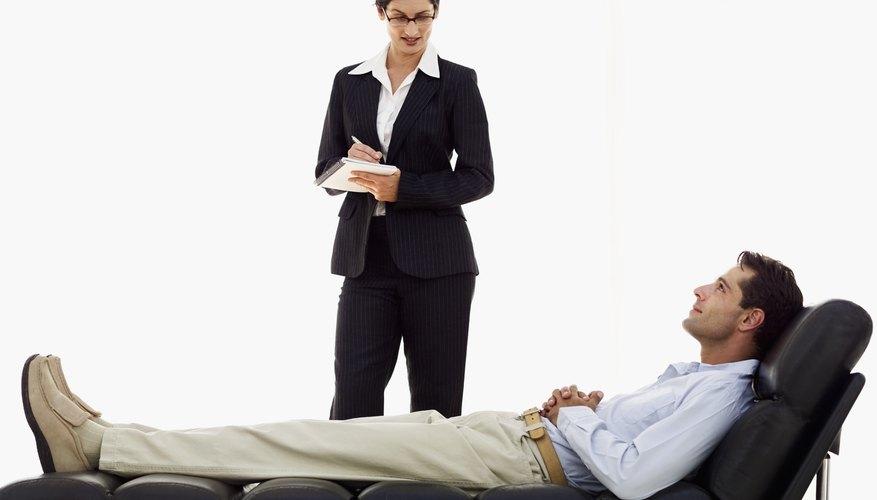 Un psicólogo estudia cómo las relaciones sociales y el comportamiento de un individuo se ven afectados por los otros.
