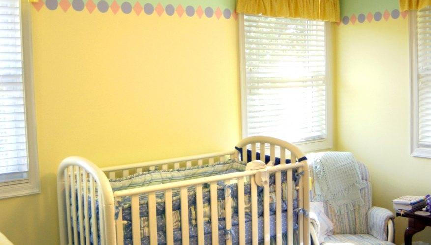 Un dosel para la cuna puede mejorar la decoración del cuarto de tu bebé.