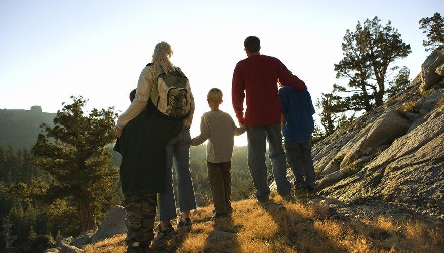 Familia en caminata de montaña.