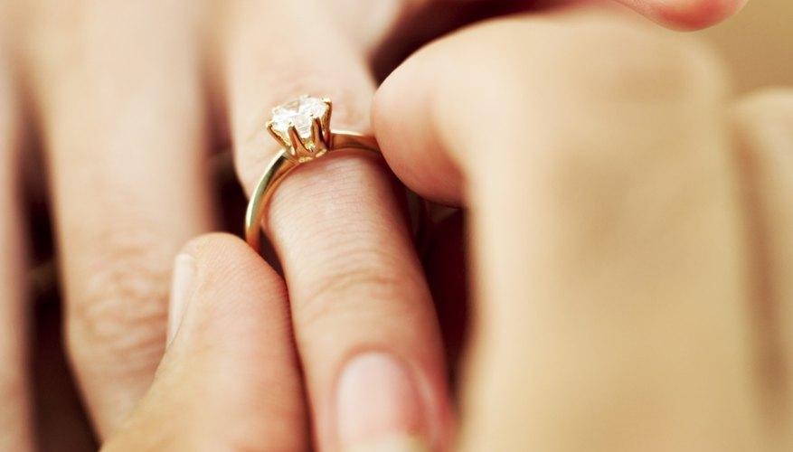 Los anillos se pueden llevar a un profesional para que los modifique si no se adaptan bien al dedo.