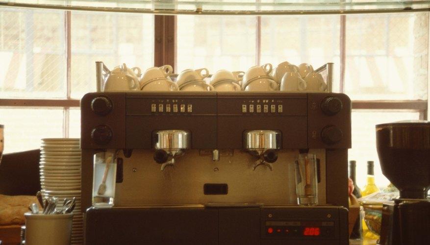 Los entornos de trabajo en las cafeterías suelen calentarse debido a los hornos y estufas calientes y se tornan fríos cuando se trabaja con congeladores o refrigeradores.
