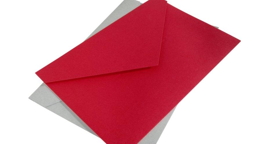 Elije sobres de color rojo para tus invitaciones y escribe las indicaciones en color negro.