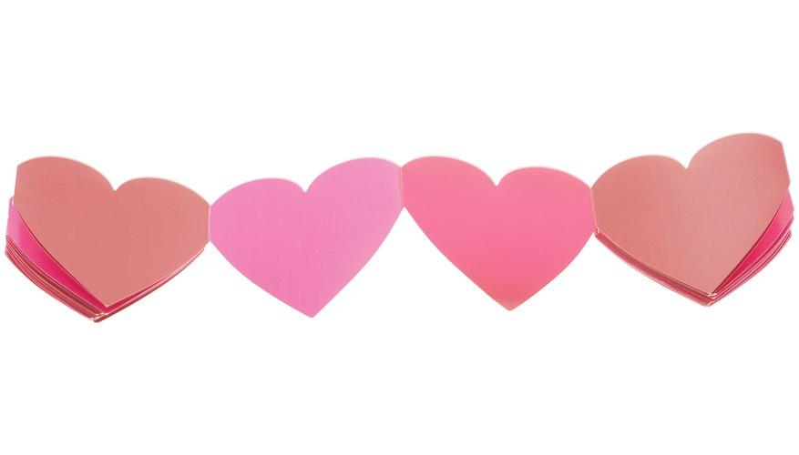 Usa papel de colores para darle a tu cadena de corazones más carácter.