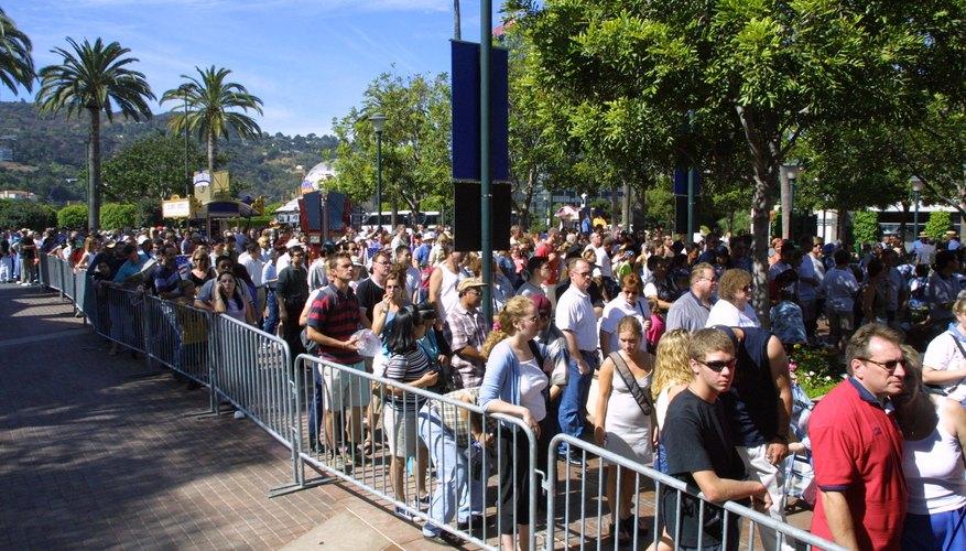 Visitantes haciendo fila en la entrada principal de Universal Studios Hollywood.