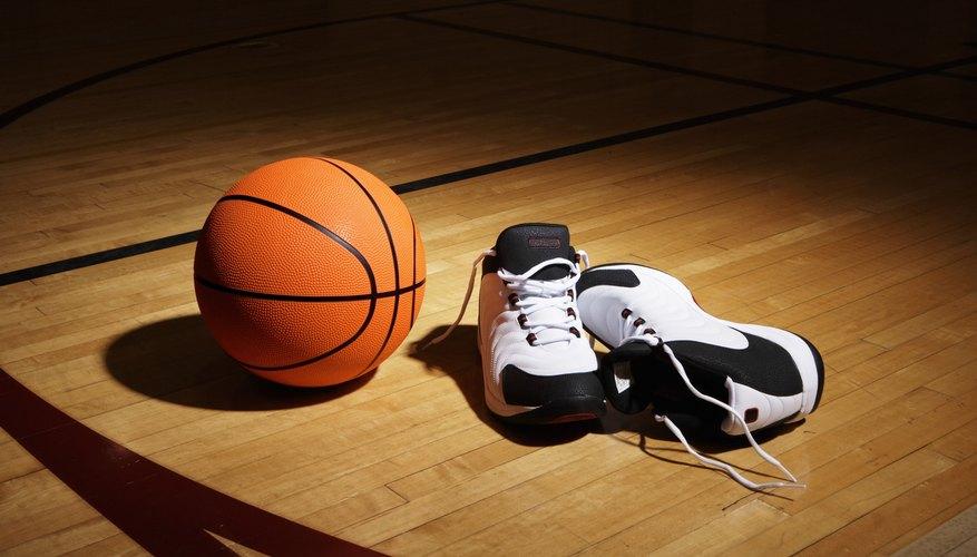 Usa un rotulador negro y dibuja el diagrama para marcar el contorno de una cancha de baloncesto en el mantel.