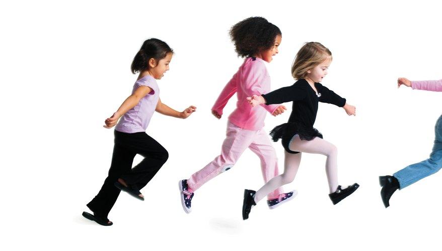Utiliza juegos de movimiento para ayudar a los niños a aprender sobre los conceptos de rápido y lento.