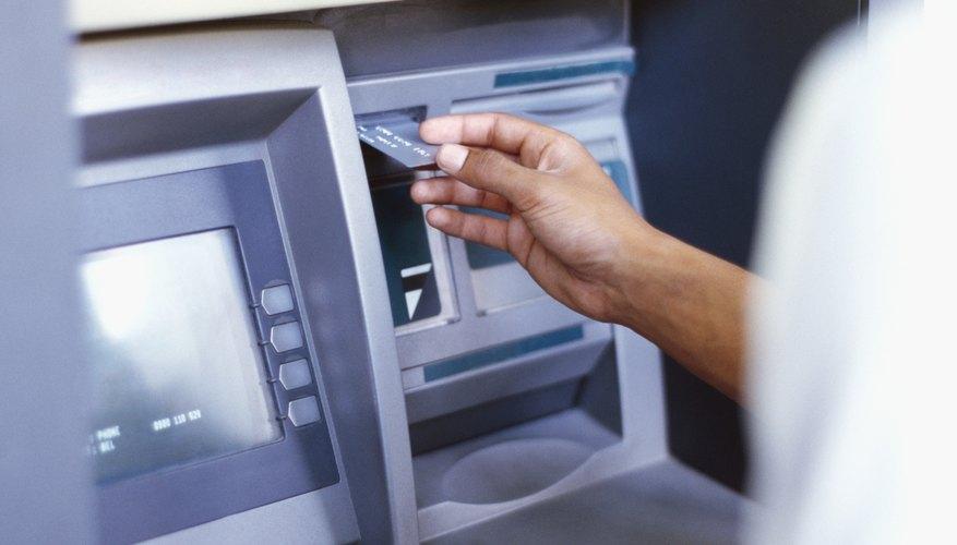 Obtener efectivo de un cajero automático.