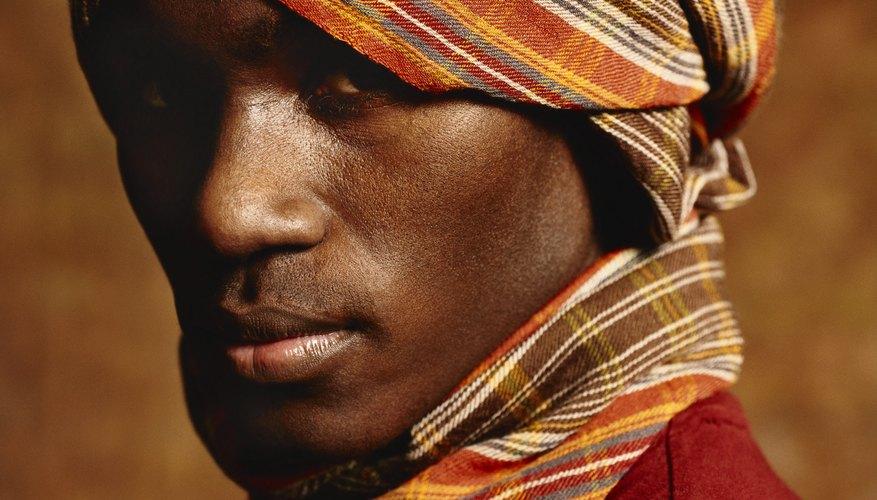 Ponerse un turbante sobre la cabeza en forma de pañuelo es un sencillo diseño a partir de un trozo de tela.