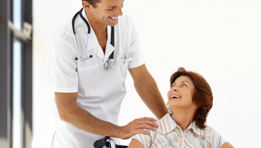 Un joven enfermero cuidando a una paciente