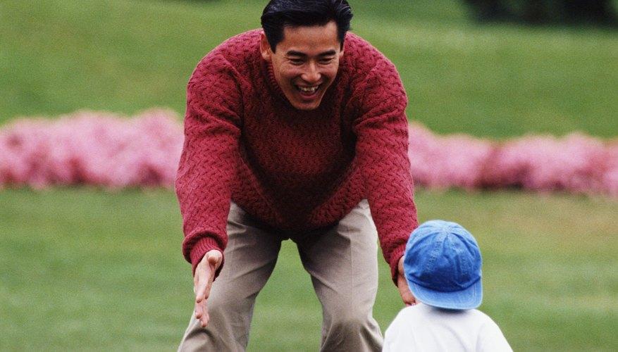 Además de la pura diversión, jugar al aire libre con tu niño ayuda a construir fuerza física.