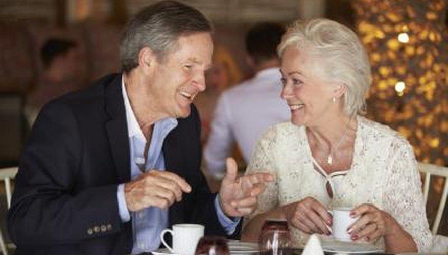 Dos personas felices conversan en una mesa apartada de un restaurante.