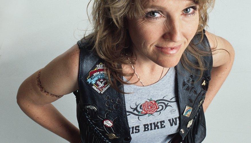 Ideas para el disfraz de una mujer motociclista.