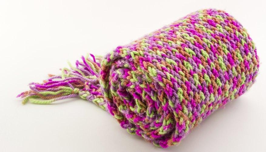 Tejer una bufanda con los dedos te dará algo qué hacer, y algo qué vestir también.