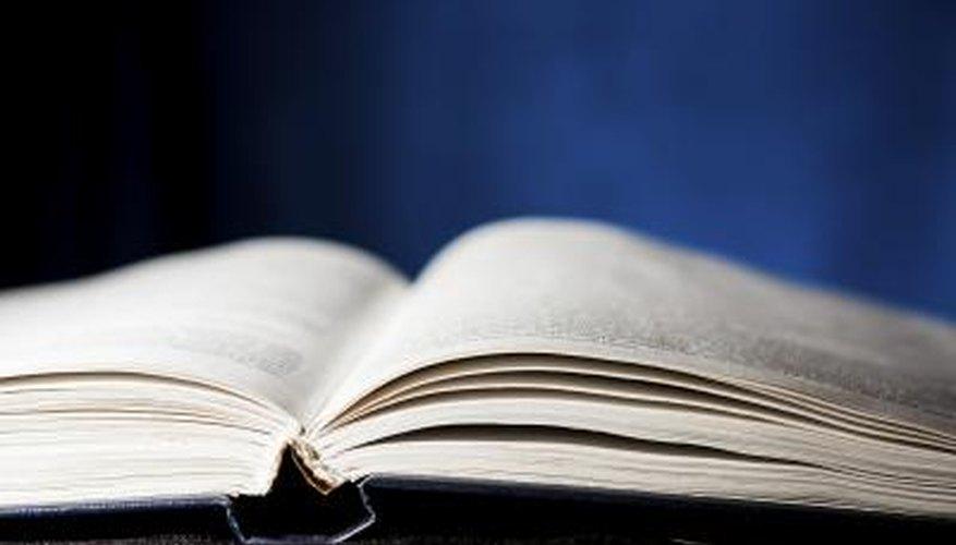 Libro de misterio abierto.