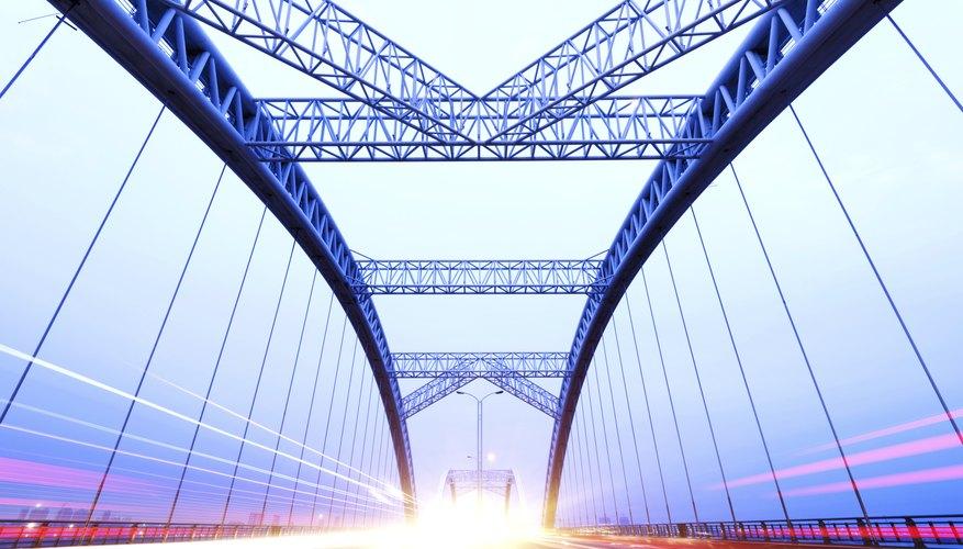 El acero es una sustancia que tiene muchos usos, desde plomadas y pequeños cuchillos a armazones de construcciones y estructuras de puentes.