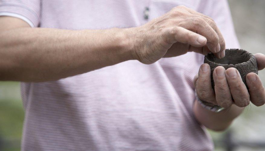 Haz una hendidura para que sea una boca o forma dos labios de arcilla y ponlos en forma de boca.
