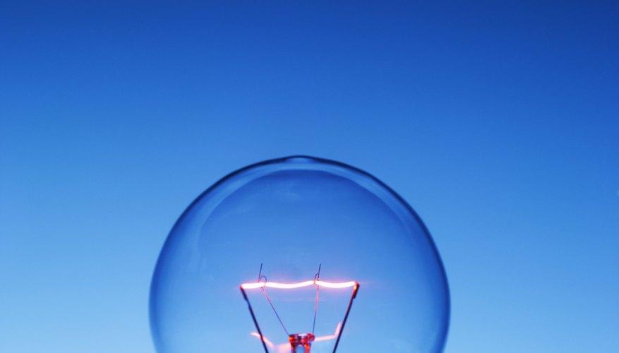 Las luces de xenón y las luces halógenas utilizan un gas para ayudar a incrementar la efectividad de la bombilla, pero existen varias diferencias importantes entre ellas.