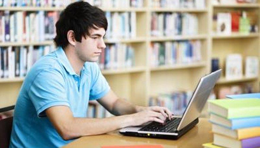 Un adolescente en una computadora en la escuela.