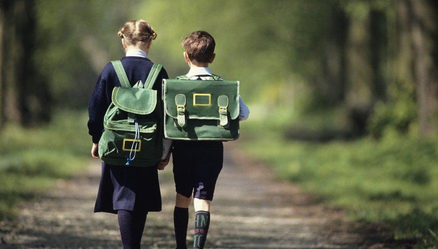 Los niños deben caminar a casa desde la escuela con un padre, vecino, amigo, hermano o hermana.