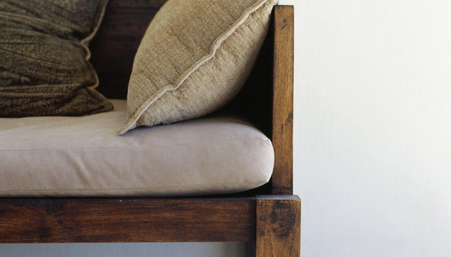 Un sofá básico de madera funciona muy bien en un hogar rústico o tradicional.