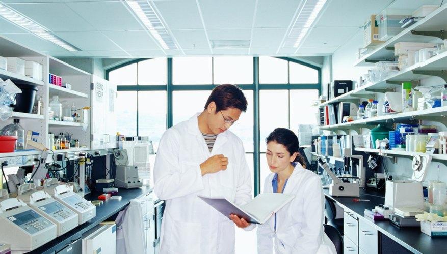 Una bata de laboratorio suele ser blanca.