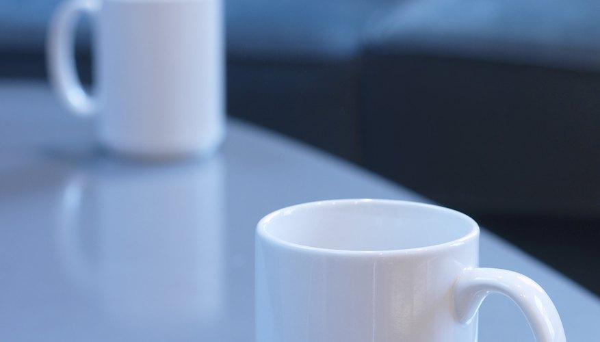 Lava la pieza de cerámica con jabón lavavajillas.