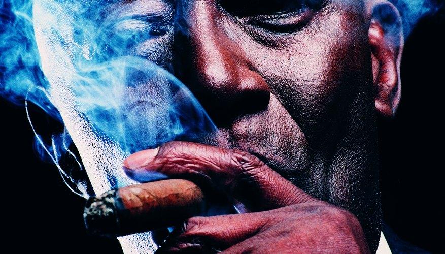 El humo del cigarrillo agrega cierto toque de luz a las tomas que de otro modo se perderían en la oscuridad.