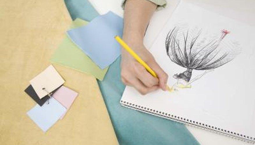 Las manos de un diseñador de moda dibujando.