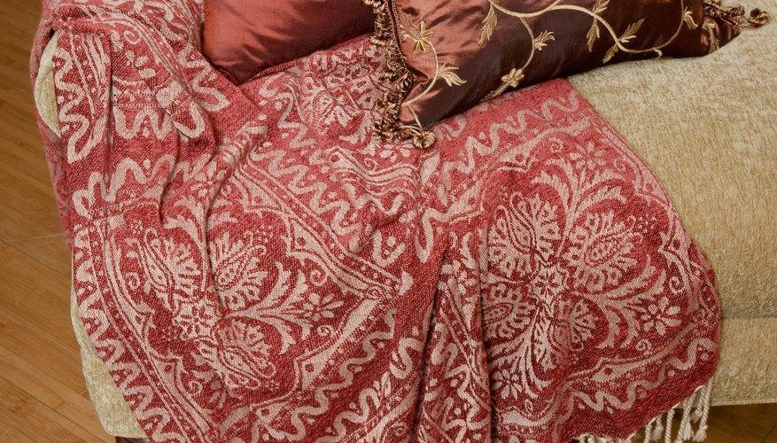 Los almohadones aportan textura a los sillones y sillas.