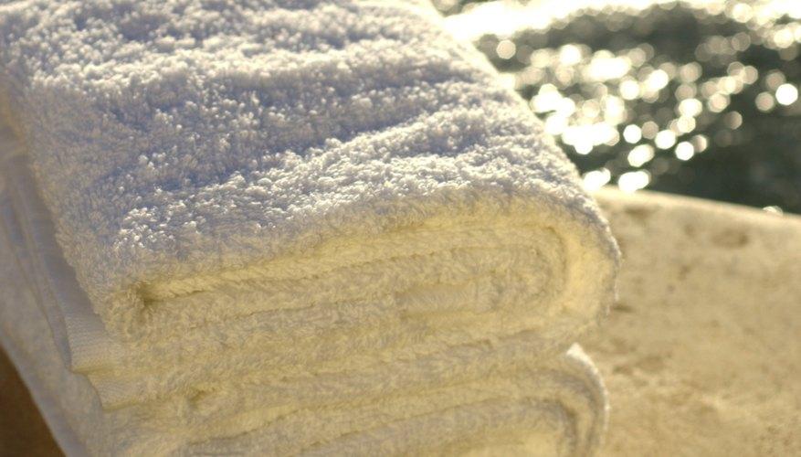 Coloca una toalla tibia y húmeda por encima de las arrugas.