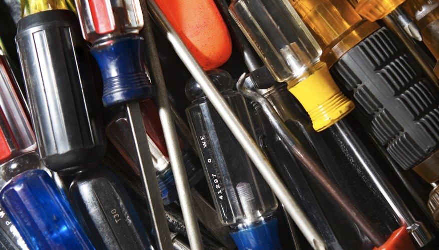Una variada selección de destornilladores ayudan a alcanzar los tornillos de ajuste.