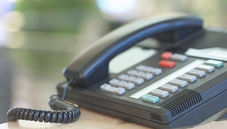 Un teléfono con intercomunicador.