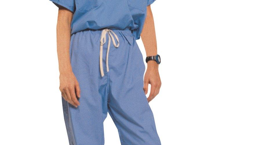 Conviértete en una enfermera zombi decorando un uniforme médico con sangre falsa.