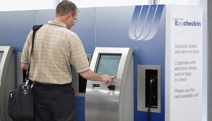 Un hombre utilizando la terminal EasyCheck-in de United en el aeropuerto O'Hare de Chicago.