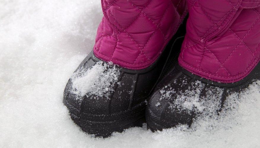 Las pisadas con nieve y agua en el compartimento de los pasajeros contribuyen al daño del piso.