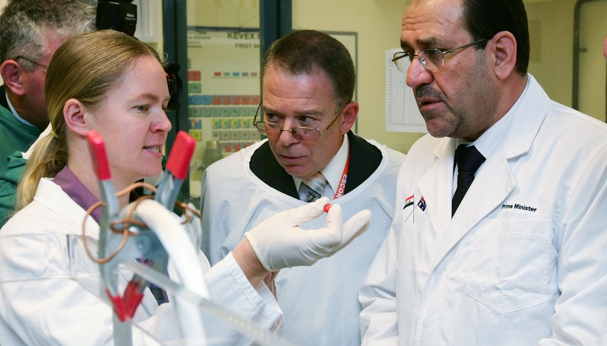 Un científico forense recoge pruebas de una escena del crimen