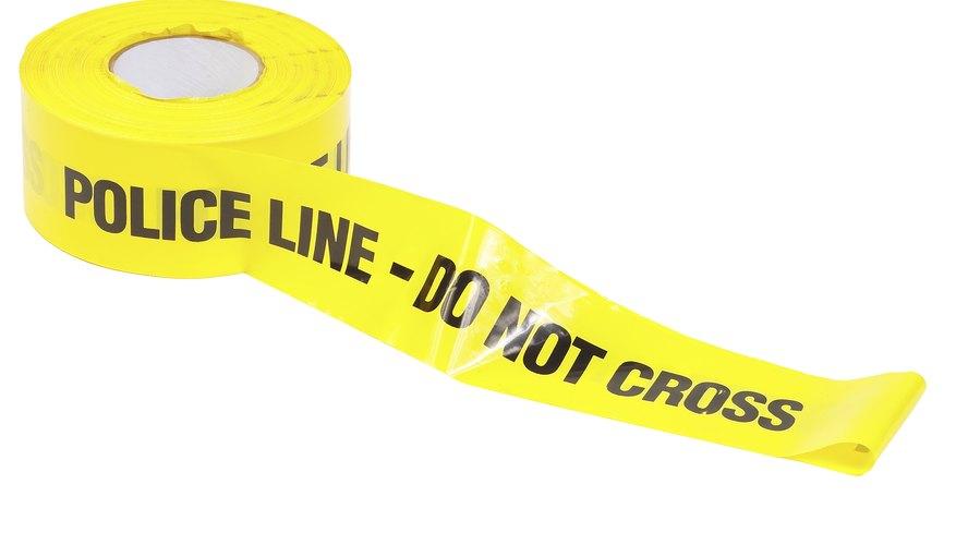 Rodea la escena del crimen con cinta policial amarilla.