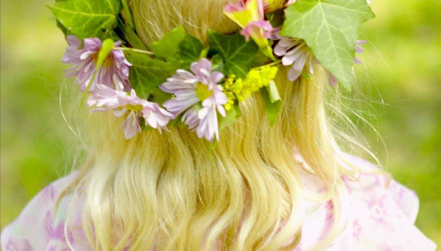 Una corona de flores es un lindo arreglo que puedes usar en ocasiones especiales.