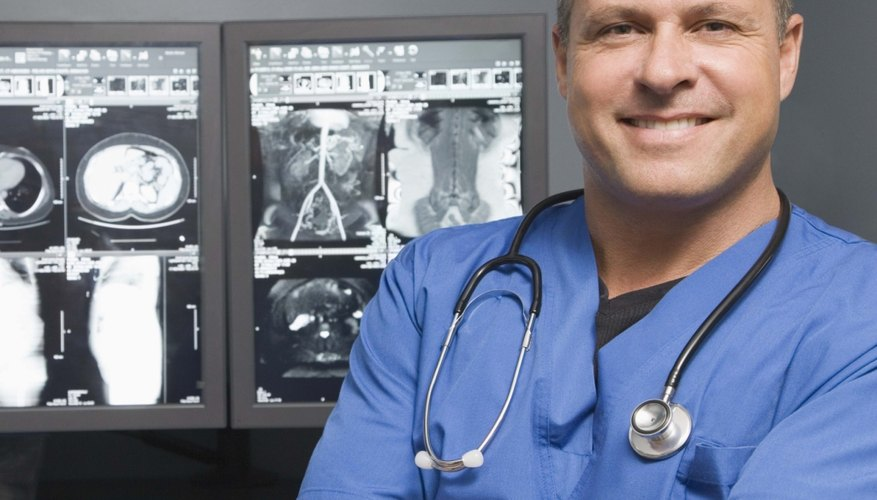 Los médicos residentes, médicos, cirujanos y enfermeras, técnicos de la salud, farmacéuticos y auxiliares de enfermería son la clave para la prestación de atención de salud de calidad a los pacientes.