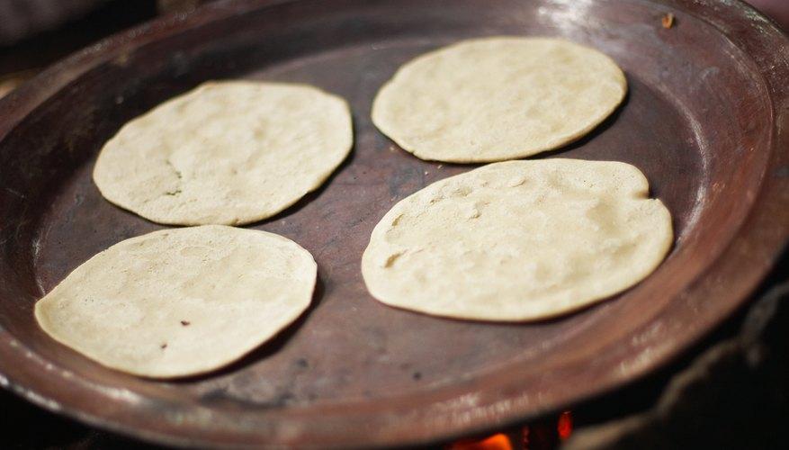 Ubica las tortillas en el horno.