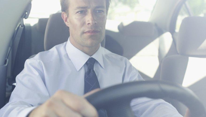 Hay varias cosas que pueden causar o contribuir al ruido en la bomba de dirección cuando se gira el volante.