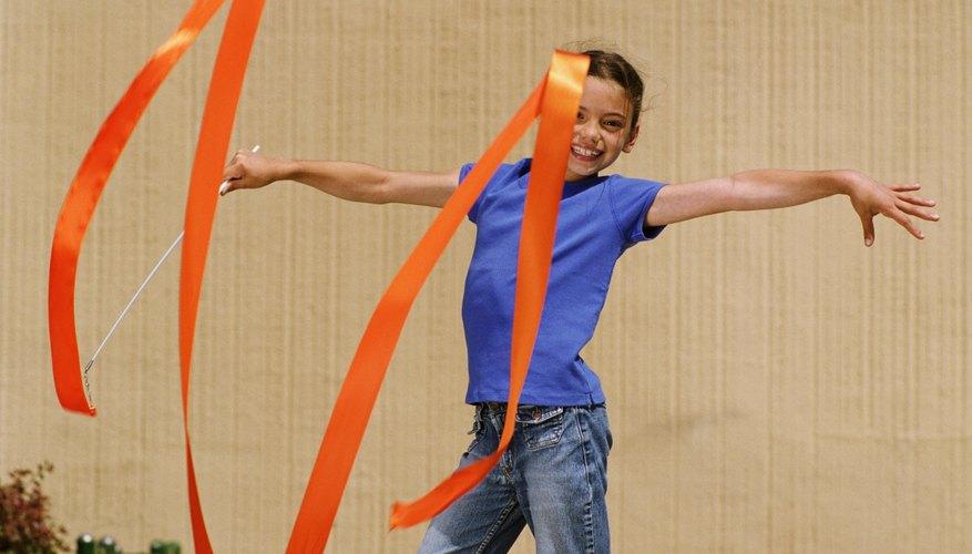 La gimnasia es una forma divertida para que los niños estén activos durante los juegos en el interior.