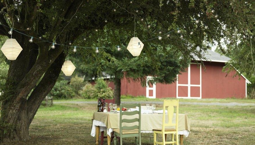 Los faroles de papel son hermosas decoraciones para disfrutar del exterior.