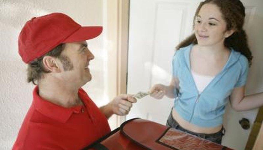 Repartidor de pizza aceptando un pago.