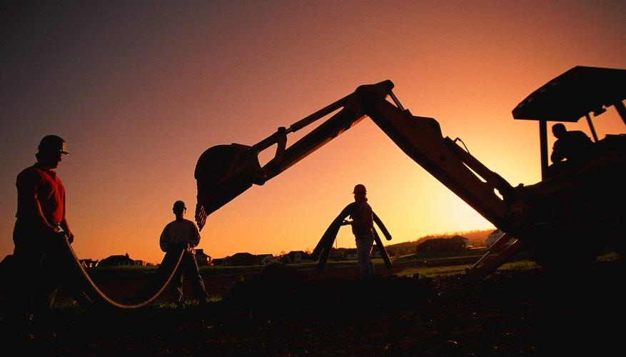 Hombres trabajando en construcción bajo el ocaso.