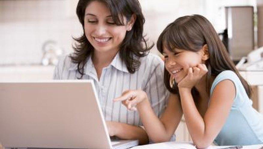 Una niña pequeña en la computadora con su madre.