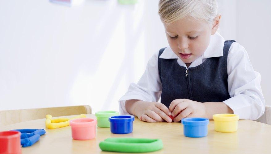 Dale a tu niño en edad preescolar plastilina para hacer un arco iris de colores.